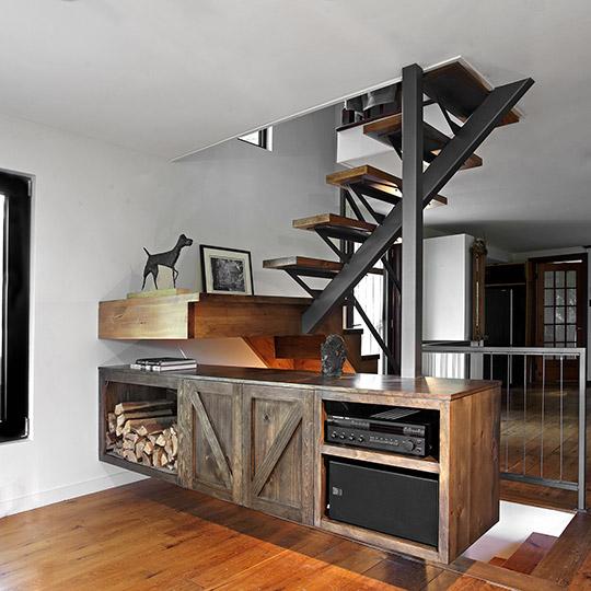 Escalier en bois et acier avec buffet en guise de garde corps