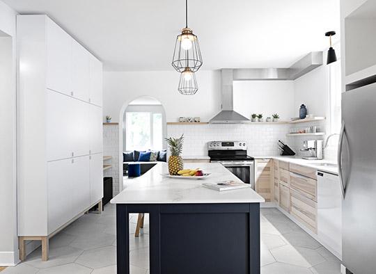 Cuisine contemporaine mélange de Ikea et éléments custom