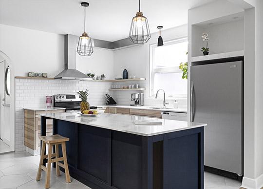 Ilot custom en bois bleu marin, comptoirs de quartz
