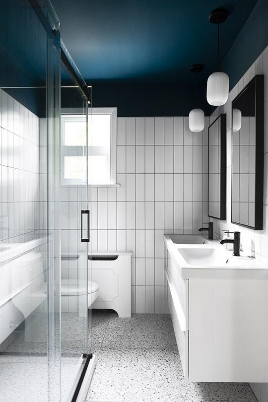Salle de bain contemporaine, terrazzo, tuiles blanches, robinetterie noire
