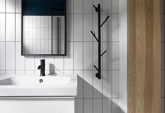 Salle de bain contemporaine, tuile blanche vertical, robinetterie et accessoires noirs, touche de frêne